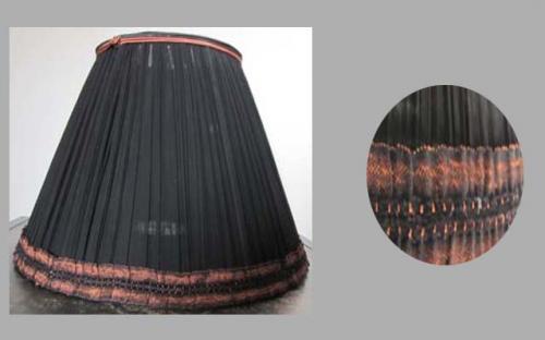Léger, l'organza de soie utilisé pour cet abat-jour doublé, laisse apparaître l'ampoule à filaments décorative.Bordé d'un galon ton sur ton noir et cuivre, souligné pour le haut d'une soutache rappelant cette jolie teinte cuivrée légèrement représentée dans la finition principale.
