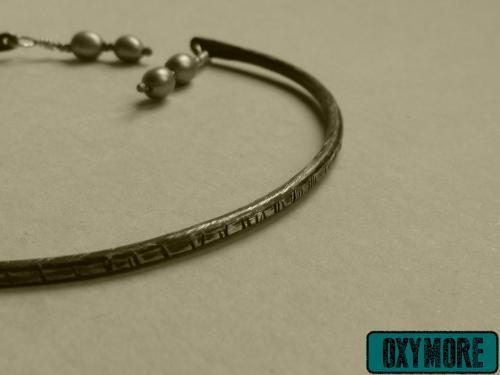 Yunitto 1 : Bracelet en Cuivre Oxydé et martelé. 2 perles d'eau douce grises sont suspendues de chaque côté. Ouverture qui permet de régler le bracelet à la taille de son poignet.  https://oxymore-creations.com/fr/bracelets/29-yunitto-1.html