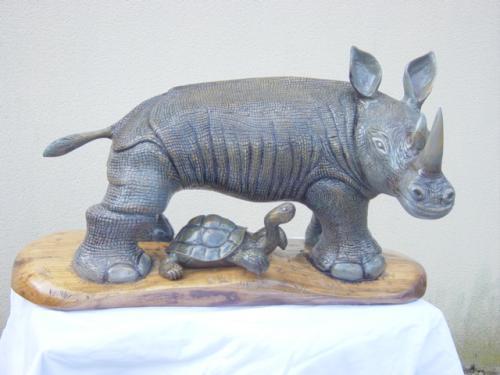 le rhinoc�ros et la tortue. sculpt� dans du cerisier. dimension 90 cm * 50 cm poids 45 kgs