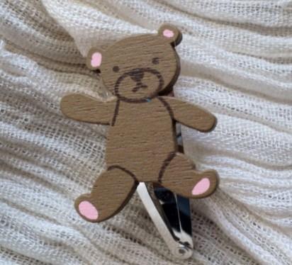 P'TIT OURS BRUN:Barrette à cheveux argentée,décorée d'un petit personnage en bois.