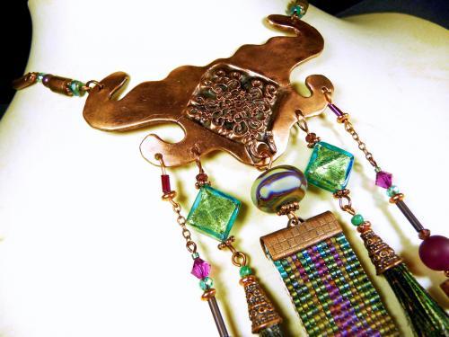 Fantaisie ethnique et mat�riaux pr�cieux pour ce collier long en cuivre dans une gamme de coloris turquoise et fuchsia