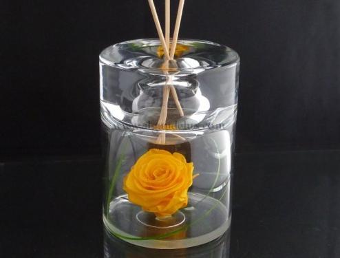 Diffuseur de parfum ou lampe à huile avec une rose jaune stabilisée.