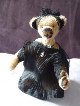 Tenue de Soirée                             26cm mohair marron kapok yeux en verre noir bras et jambes articulables Robe du soir avec dentelle juin 2015