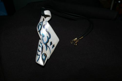 Pendentif porcelaine  Dimensions : 8 cm * 2 cm * 5 cm  Création - Modèle unique  Forme originale, vendu avec cordon