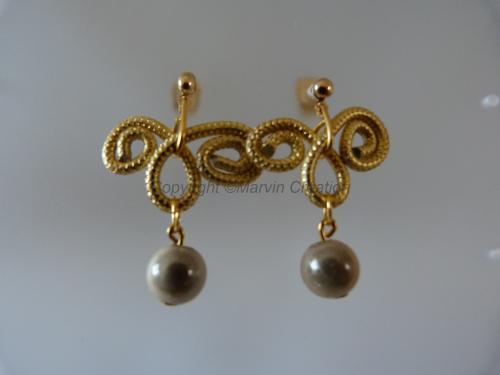 B.O alu doré strié, perles magique ivoire (clous oreilles or 14 carats) Réf: BO06143