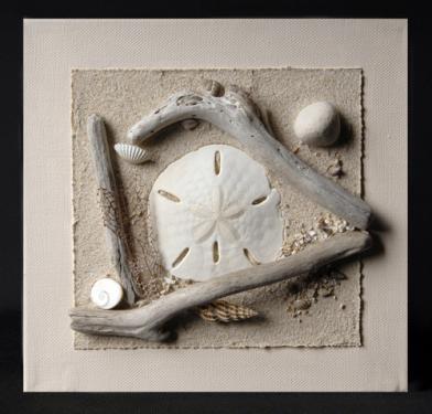Châssis entoilé avec sable, galet, bois flotté et coquillage, dominante blanche. C'est une laisse de mer, soit une recomposition des débris naturels laissés par l'océan sur la plage après une marée. T 20 cm x 20 cm  Sur commande dans les autres couleur de la gamme : gris, blanc, beige et avec d'autres coquillages.