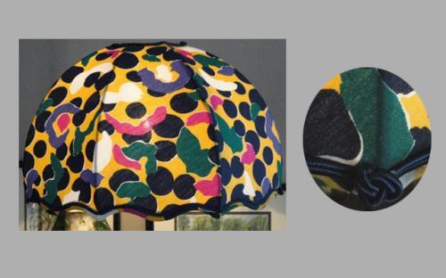 Abat-jour Dôme festonné en coton imprimé, doublé d?un coton uni et agrémenté d'une double soutache en finitions extérieure.Cette forme s?adapte particulièrement auxpieds de lampes longilignes et d?une bonne hauteur.