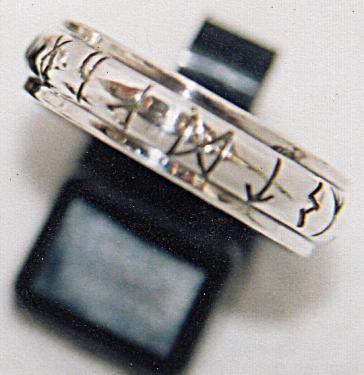 anneau en demi jonc avec rebords - gravures runiques - fabrication artisanale en argent massif 95% gravures réalisées à la main Possibilité de faire graver votre message