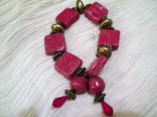 Bracelet �lastique en perles en p�te fimo rose-framboise et perles en m�tal bronze