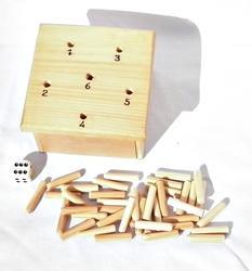 petit jeu de dé en bois, la surface de jeu est de 10 cm x 10 cm . la boite au dessous servant de rangement des pions et du dé qui est fourni. les règles du jeu se trouve dans