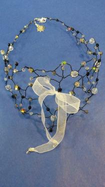 tour de cou en fil de laiton noir, perles de verre et cristal, orné d'un ruban organza