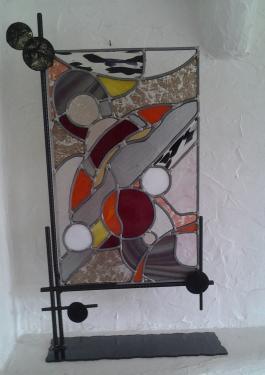 GALAXIE ROUGE vitrail au plomb  sur socle en métal de Thierry Daniel