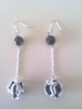 Boucles d'oreilles boules noires mont�es sur cha�nette