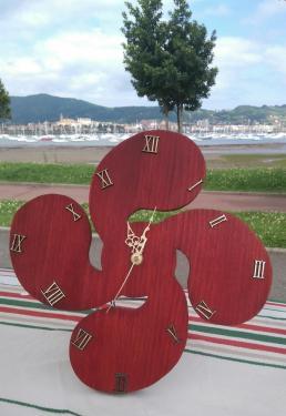 Horloge en forme de croix Basque . couleur Rouge basque Garantie 1 an D'autres couleurs disponibles