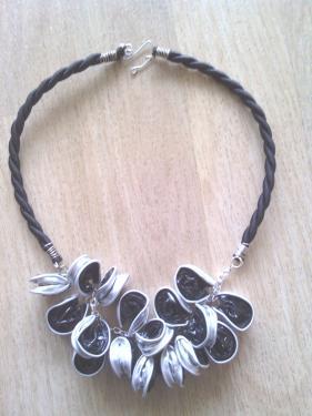 Collier capsules noires monté sur chaîne et buna corde