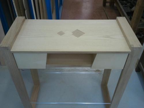 Console d'entrée en chêne et peuplier, plaquée frêne. Panneaux coulissants à l'avant. Vue panneaux ouverts