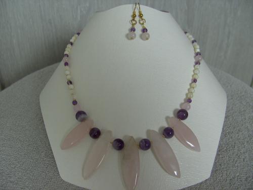 BIJOUX BIO N° 2   Collier Pierre Naturelle Quartz rose, Améthyste  Zoom : 1 Clic sur le Bijou  Bracelet & Boucles d'oreilles assorties