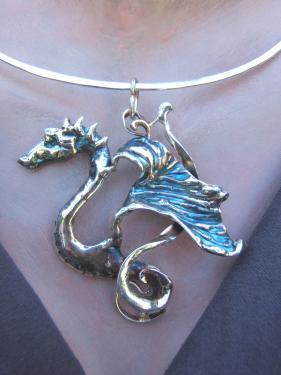pendentif dragon sur cercle de métal laiton plaqué argent fin,patine bleutée 6X6 cm environ 20 gr