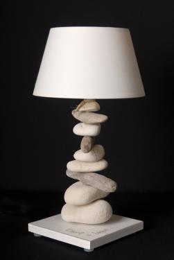 Lampe de chevet Esprit de Lagon, couleur et abat-jour assortis blanc de seiche, tige en empilement de galets et de bois flotté. L'acquérir c'est faire entrer l'esprit bord de mer dans votre chambre. Douille E 14 - ampoule 11 watt non fournie