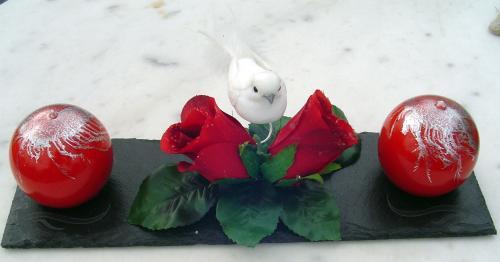 Centre de Table Roses Rouges et Oiseau Blanc  Dimensions du socle : 30cm de long. 10cm de large.  L'ardoise est vernie.  La bougie est en cire végétale et recouverte d'un vernis. Son diamètre est de 6 cm.  Idéal pour un mariage.