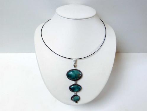 Collier raffiné au trois perles turquoises
