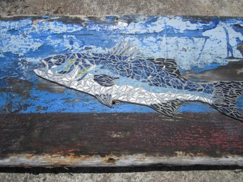 Bar � l'attaque en mosa�que r�alis� avec d'anciennes tesselles de gr�s �maill� sur morceau de bois flott� trouv� sur les plages de quiberon.