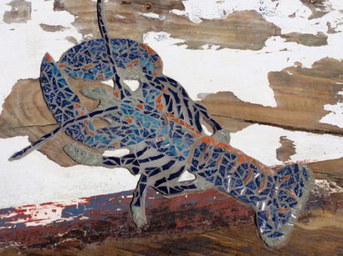 Homard en mosa�que r�alis� avec d'anciennes tesselles de gr�s �maill� sur morceau de plate du Golfe du Morbihan. Pi�ce de bois 57cm par 48cm Longueur 37cm Poids 4.250kg