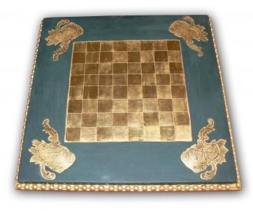 Damier réalisé à la feuille d or. Travail de reparue sur les écoinçons et de moulure en perlé sur l encadrement de la pièce.