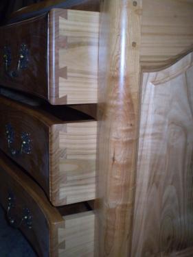 Commode en chêne massif de modèle XVIII°. Détail des tiroirs à mouvement montés à queues d'arondes taillées à la main par Pierre Faccioli.