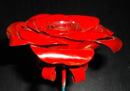 rose fabriquée en boîtes de conserve  pétales rouge et tige verte