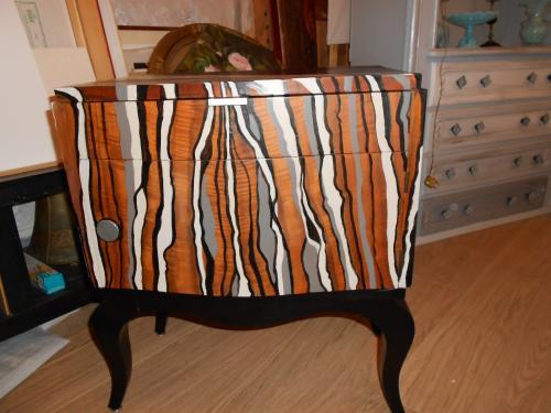 petit meuble art déco peut servir de bout de canapé ou dans une entrée. Prix 290 euros