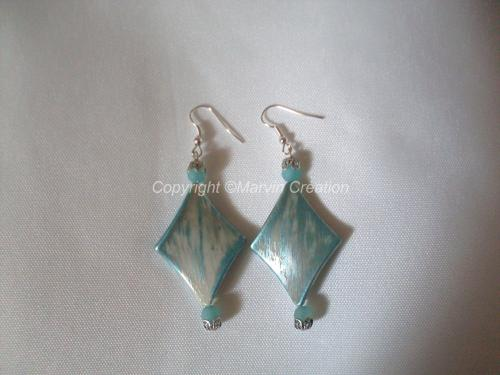 Boucles d'oreilles losange acrylique et petite perles bleu effet givré. Les petites perles sont agrémentées de petites calottes en métal argenté (garanti SANS NICKEL). Les crochets également en métal argenté sont aussi garanti SANS NICKEL. Sur Simple demande il est possible de modifier les attaches pour oreilles non percées. Réf: BO05163  Envoi bien protégé et avec numéro suivi. Possibilité d'avoir un emballage sur simple demande