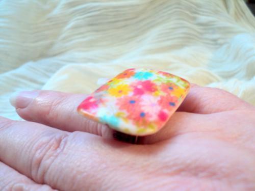 Bague anneau  en fil d'aluminium et perle plate rectangulaire d�cor� de fleurs multicolores
