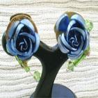 Clips d'oreille décorés par une rose en métal bleu et perles facettes et rocaille vertes.