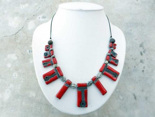 Collier rouge et noir chic et lumineux