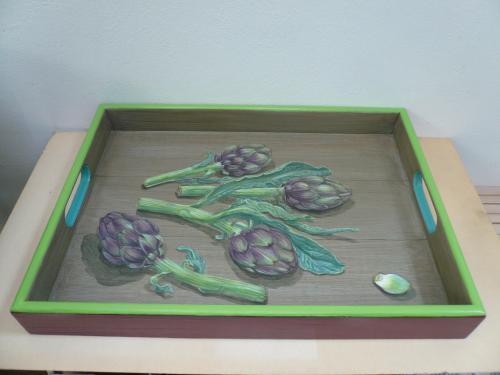 plateau rectangulaire, 31X43  acrylique sur bois. thème: artichauts en trompe l'oeil. 2016