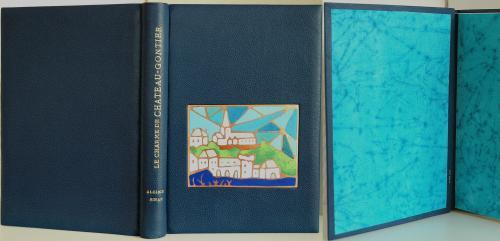 Dr Sinan : Le charme de Château-Gontier Reliure pleine peau, vachette bleu Email champlevé d'après une aquarelle du Dr Sinan Dorure à la feuille d'or 22 carats Papier de garde en harmonie avec émail.
