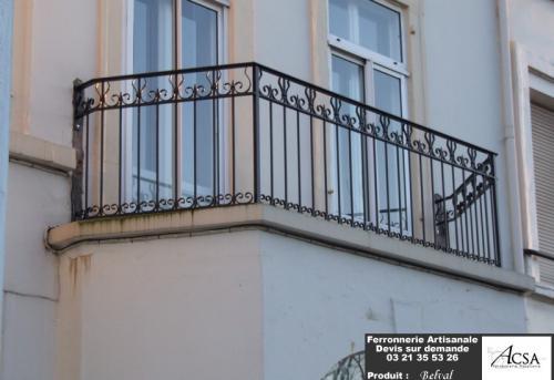 La maison a une grille � l'entr�e de la propri�t� et nous avons r�alis� le garde-corps de balcon � l'identique. Toutes les volutes ont �t� r�alis�es � la forge.