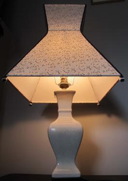 Lampe Pyramidale, abat-jour en papier marbré sur pied de lampe en céramique