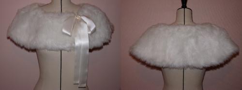Mini-cape en fausse fourrure, doublé en velours de coton, ruban à nouer sur le côté.