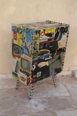 Flash: ancien meuble tourne disque customisé avec des publicités multi thèmes 1950-60