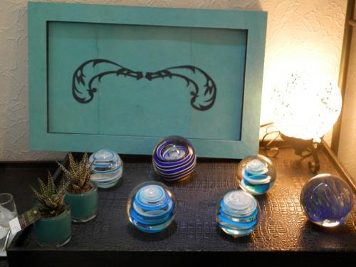 Plateau en carton, finition papier lokta bleu turquoise et bleu marine, avec un dessin style baroque en papier lokta bleu marine, cannelures en carton  apparentes sur toutes ses faces.   Ce plateau m�me vendu restera en d�monstration, car vous pourrez toujours me le commander et choisir les couleurs Si vendu, commande possible