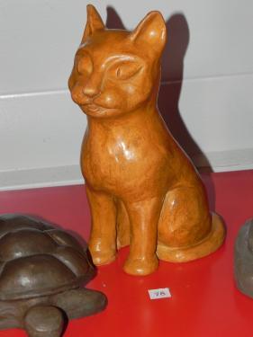 superbe sculpture d'un chat en terre cuite et patinée terre cuite rouge cuite puis patinée avec de la cire incolore méthode du modelage une fois terminée on la creuse puis après séchage on cuit à 1000°
