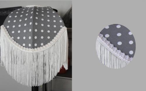 Abat-jour dôme en imprimé à pois doublé d'un coton à motifs fleurettes, et agrémenté de longues franges qui lui donne un style Charleston.