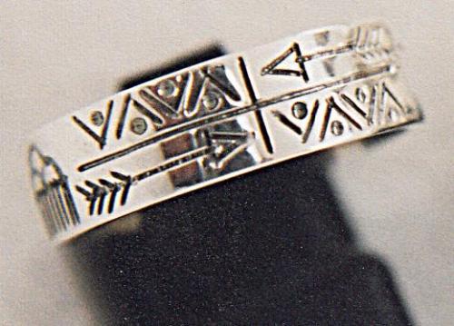 ANNEAU PLAT LARGEUR 7mm GRAVURES AMERINDIENNES fabrication artisanale en argent massif 95% gravures réalisées à la main
