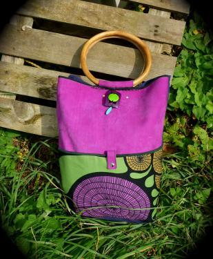 grand sac fourre tout,porté épaule ou mains,poignées bois,nubuck,tissu (bleu au dos),poche zippée à l'intérieur,perles en bois et pierre.modèle unique.