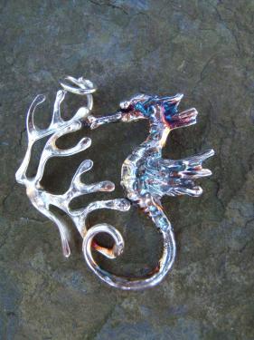 pendentif hippocampe: laiton plaqué argent patiné