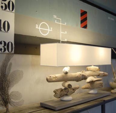Nao : Lampe à poser en bois de port et bois flotté et galets en empilement sur deux tiges, abat-jour blanc. L75 P18 H46