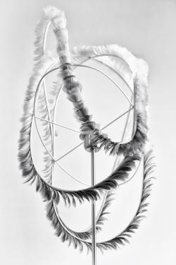 Zéphyr  Suspension en métal recouvert de pur coton blanc et de plumes de dinde teintes dans un dégradé de gris.  Dimensions: L: 65cm l: 30cm H: 54cm Pour douille E27