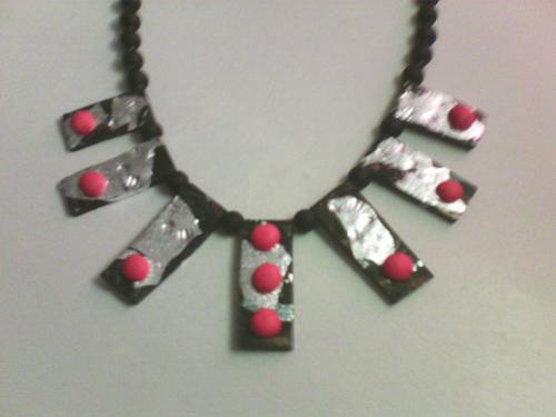 collier polymère noir et feuille d'argent .Perles noires .